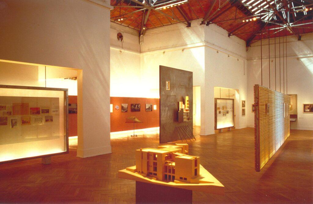 Άποψη του ελληνικού περιπτέρου στην Μπιενάλε Βενετίας και της μονογραφικής συμμετοχής του Κυριάκου Κρόκου (φωτ.: Α. Γιακουμακάτος, 1996).