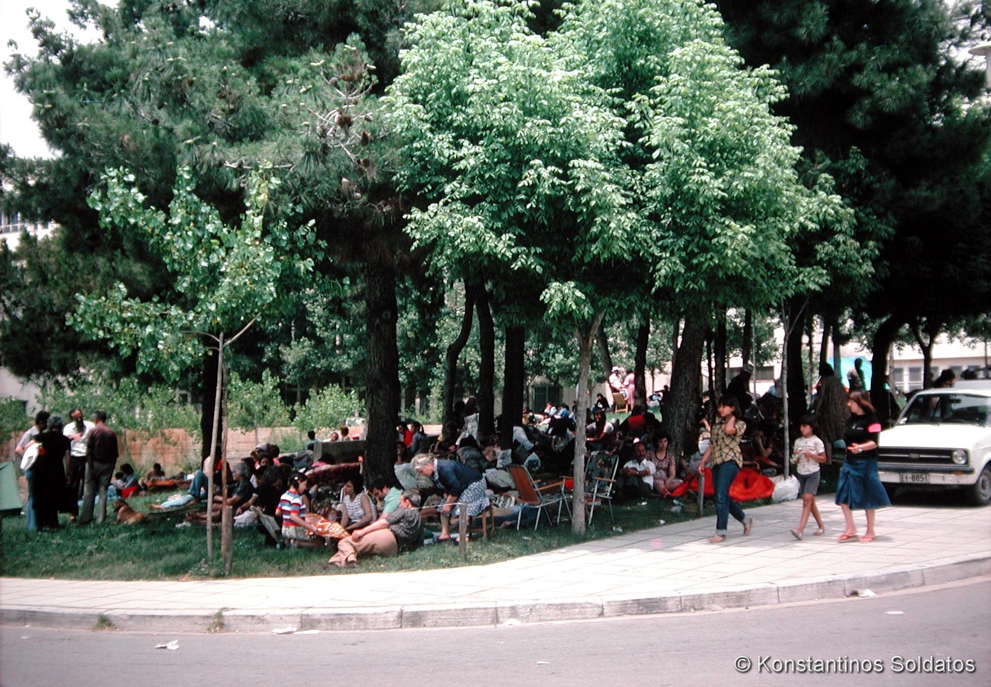 Σεισμόπληκτοι στον χώρο της Πανεπιστημιούπολης,1978. Φωτ: Κωνσταντίνος Σολδάτος