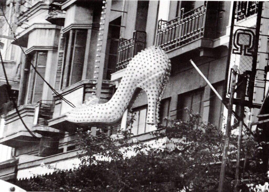Το περιστρεφόμενο παπούτσι με το τακούνι που «βγάζει μάτι» στην Εγνατία. Το κιτς που άντεξε και στον σεισμό.